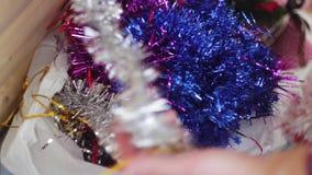Juguetes y malla del ` s del Año Nuevo que mienten en un paquete metrajes