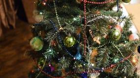 Juguetes y ornamentos de la Navidad en el árbol de navidad almacen de video