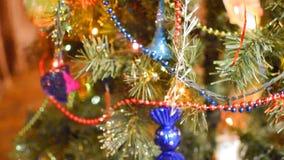 Juguetes y ornamentos de la Navidad en el árbol de navidad metrajes