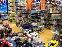Juguetes y otras cosas del juego para la venta dentro de la ciudad Masinag del SM Imagen de archivo