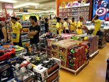 Juguetes y otras cosas del juego para la venta dentro de la ciudad Masinag del SM Foto de archivo