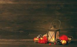 Juguetes y palmatoria del árbol de abeto del ` s del Año Nuevo en un fondo de madera Imagenes de archivo