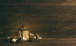 Juguetes y palmatoria del árbol de abeto del ` s del Año Nuevo en un fondo de madera Fotografía de archivo