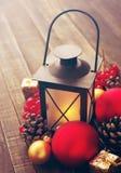Juguetes y palmatoria del árbol de abeto del ` s del Año Nuevo en un fondo de madera Foto de archivo