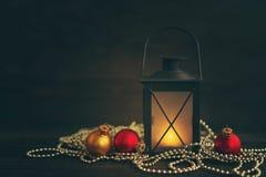 Juguetes y palmatoria del árbol de abeto del ` s del Año Nuevo en un fondo de madera Foto de archivo libre de regalías