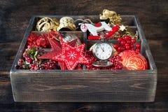 Juguetes y regalos de la Navidad en caja de madera del vintage Fotos de archivo