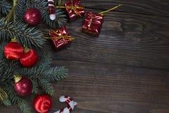 Juguetes y regalos rojos, árbol de la Navidad de las bobinas Foto de archivo