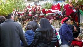 Juguetes y regalos tradicionales en el mercado de la Navidad almacen de metraje de vídeo
