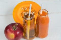 Juice Apple Juice-pompoen Vers sap Natuurlijk sap Apple-pompoen stock afbeeldingen