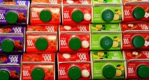 Juice Boxes staplade på hyllor med thailändska och engelskaord Arkivfoton