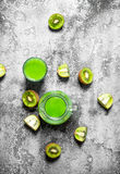 The juice of kiwi fruit with slice of fruit. Royalty Free Stock Photos