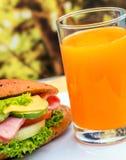 Juice And Roll Means Orange-Getränk und -getränk lizenzfreie stockfotos
