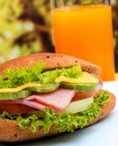 Juice And Roll Represents Orange-Getränk und -brot stockfotos