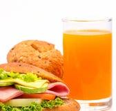 Juice And Sandwich Means Orange-Getränk und -brot lizenzfreie stockfotos