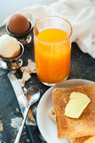 Juice Toasts Butter Boiled Eggs frukostbegrepp royaltyfri foto