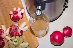 Juicer, яблоки, сок стоковая фотография rf