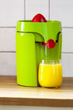 Juicer con el zumo de naranja Fotografía de archivo libre de regalías