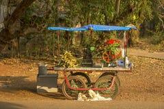 Juicer móvil indio de la caña de azúcar Comida de la calle fotos de archivo libres de regalías