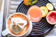 Juicer met citrusvruchten in de keuken worden gedrukt die stock fotografie