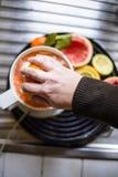 Juicer met citrusvruchten in de keuken worden gedrukt die royalty-vrije stock afbeeldingen