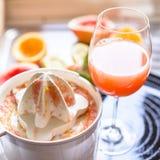 Juicer met citrusvruchten in de keuken worden gedrukt die stock afbeelding