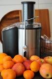 Juicer met fruit stock foto
