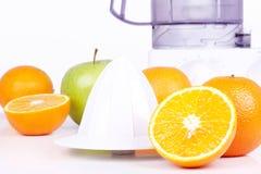 Juicer, Orangen und grüner Apfel Lizenzfreies Stockbild