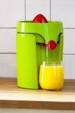 Juicer z sok pomarańczowy Fotografia Royalty Free