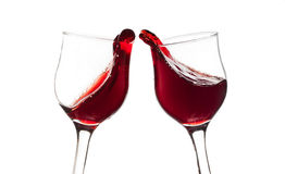 Juicht toe! Twee rode die wijnglazen, toostgebaar, op wit wordt geïsoleerd Stock Foto