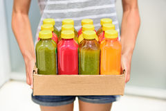 Juicing cold pressed vegetable juices for detox Royalty Free Stock Photos