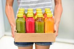 Juicing förkylning - pressande grönsakfruktsafter för detox Royaltyfria Foton