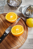 Juicing frais des oranges et du citron Images libres de droits