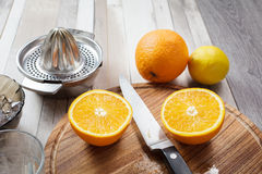 Juicing frais des oranges et du citron Image libre de droits