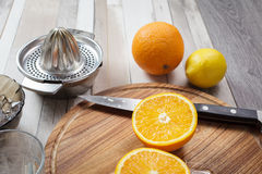 Juicing fresco dalle arance e dal limone Fotografia Stock Libera da Diritti