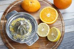 Juicing frisch von den Orangen und von der Zitrone Lizenzfreie Stockfotos