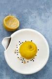 Juicing un limón Fotos de archivo libres de regalías