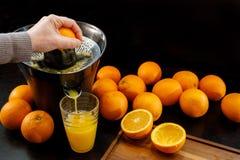 Juicing una naranja fresca y sana Concepto sano de la forma de vida imagen de archivo libre de regalías