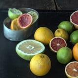 Juicing una selezione degli agrumi freschi Fotografia Stock