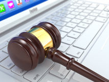Juicio en línea. Mazo en el ordenador portátil.  3d Fotos de archivo