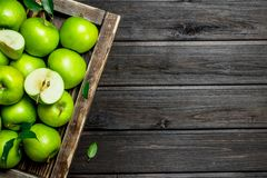 Juicy πράσινες μήλα και φέτες της Apple σε ένα ξύλινο κιβώτιο στοκ φωτογραφία με δικαίωμα ελεύθερης χρήσης
