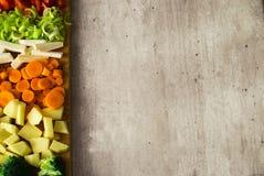 Juicy λαχανικά περικοπών Διάστημα αντιγράφων στο γκρίζο υπόβαθρο πετρών Στοκ εικόνα με δικαίωμα ελεύθερης χρήσης