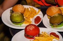 Juicy εύγευστα ζωηρόχρωμα burgers Στοκ Φωτογραφίες