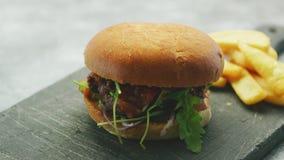 Juicy εύγευστο burger στο πιάτο απόθεμα βίντεο