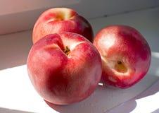Juicy κόκκινος οριζόντιος ροδάκινων βρίσκεται περισσότερο Στοκ Εικόνες