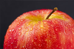 Juicy κόκκινο μήλο στο Μαύρο Στοκ εικόνα με δικαίωμα ελεύθερης χρήσης