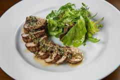 Juicy περικοπή λωρίδων χοιρινού κρέατος πιάτων στον κύκλο κομματιών που ποτίζεται άνωθεν Στοκ Φωτογραφία
