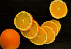 Juicy πορτοκάλι σε ένα σκοτεινό υπόβαθρο Στοκ φωτογραφία με δικαίωμα ελεύθερης χρήσης