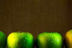 Juicy πράσινα μήλα με τις πτώσεις νερού Στοκ φωτογραφία με δικαίωμα ελεύθερης χρήσης