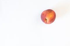 Juicy ροδάκινο που απομονώνεται ώριμο στο λευκό Στοκ Εικόνες