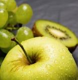 juicy σταφύλια με τη Apple Στοκ φωτογραφία με δικαίωμα ελεύθερης χρήσης
